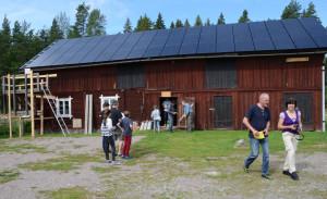 Lennart berättar om solcellsanläggningen för intresserade besökare.